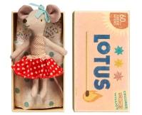 MAILEG Myszka w pudełeczku - starsza siostrzyczka w spódniczce w kremowe groszki